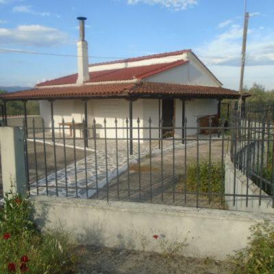 Πωλείται μονοκατοικία, στο χωριό Λαδικού.