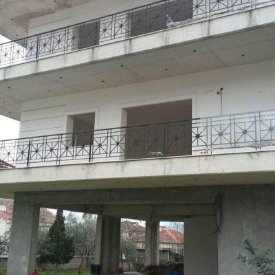 Πωλείται διώροφη οικοδομή, στην Μακρακώμη.