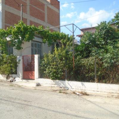 Πωλούνται δύο παλαιές μονοκατοικίες, στην Αμφιθέα.